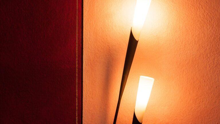 Lampy designerskie dla miłośników prostoty i elegancji