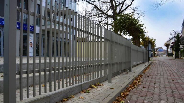 Ogrodzenie między sąsiadami, od drogi – prawo budowlane